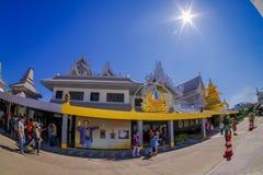 清莱,泰国- 2018年2月01日:未认出的人walkingat室外看法白色寺庙输入,  库存照片