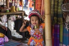 清莱,泰国- 2017年11月4日:未认出长脖子卡伦小山部落女孩微笑 图库摄影