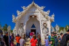 清莱,泰国- 2018年2月01日:游人人群一个华丽大厦的输入的在被找出的白色寺庙的  免版税库存图片