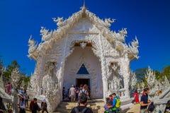 清莱,泰国- 2018年2月01日:游人人群一个华丽大厦的输入的在被找出的白色寺庙的  免版税库存照片