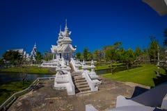 清莱,泰国- 2018年2月01日:白色大厦室外看法在白色寺庙里面的在后院在泰国 免版税库存照片