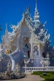 清莱,泰国- 2018年2月01日:白色寺庙美丽的景色明亮在户外,位于清莱 免版税库存照片