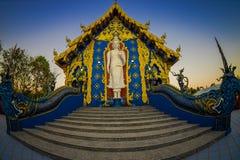 清莱,泰国- 2018年2月01日:白色budha美好的室外看法在荣Sua十蓝色寺庙输入的  库存照片