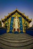 清莱,泰国- 2018年2月01日:白色budha美好的室外看法在荣Sua十蓝色寺庙输入的  图库摄影