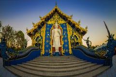 清莱,泰国- 2018年2月01日:白色budha美好的室外看法在荣Sua十蓝色寺庙输入的  免版税图库摄影