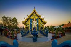 清莱,泰国- 2018年2月01日:白色budha美好的室外看法在荣Sua十蓝色寺庙输入的  免版税库存照片