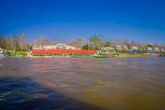 清莱,泰国- 2018年2月01日:码头的室外看法有小船的旅行在附近的有很多游人 图库摄影