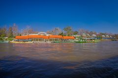 清莱,泰国- 2018年2月01日:码头的室外看法有小船的旅行在附近的有很多游人 免版税库存照片