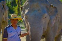 清莱,泰国- 2018年2月01日:穿在头的当地人画象一个草帽,接近华美 免版税库存图片