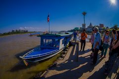 清莱,泰国- 2018年2月01日:等待小船的美好的室外观点的未认出的人民采取 免版税库存图片