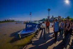 清莱,泰国- 2018年2月01日:等待小船的美好的室外观点的未认出的人民采取 免版税库存照片