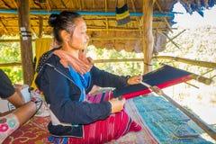 清莱,泰国- 2018年2月01日:编织传统泰国织品的未认出的妇女,在清迈 库存照片