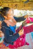 清莱,泰国- 2018年2月01日:编织传统泰国织品的未认出的妇女,在清迈 免版税图库摄影