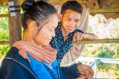 清莱,泰国- 2018年2月01日:编织传统泰国织品的未认出的家庭,在清迈 免版税图库摄影