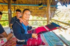 清莱,泰国- 2018年2月01日:编织传统泰国织品的未认出的家庭,在清迈 免版税库存照片