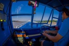 清莱,泰国- 2018年2月01日:美好的室外观点的上尉在口岸中水域的航行一条小船在 免版税库存图片