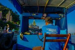 清莱,泰国- 2018年2月01日:美好的室外观点的上尉在口岸中水域的航行一条小船在 免版税库存照片