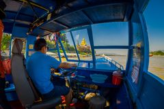 清莱,泰国- 2018年2月01日:美好的室外观点的航行在的客舱的上尉一条小船 库存图片