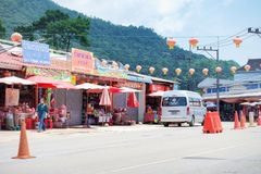 清莱,泰国- 2018年5月14日:茶商店和中国村庄土井mae salong的,路旁商店山的在清莱, 免版税库存图片