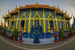 清莱,泰国- 2018年2月01日:荣Sua十寺庙输入的美好的室外看法有蓝天的 免版税库存照片