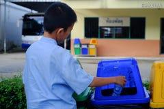 清莱,泰国- 2018年7月13日:被投入的废物到垃圾里,  库存图片