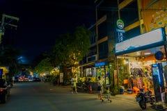 清莱,泰国- 2018年2月01日:走在户外和在城镇的未认出的人民享受夜生活 库存照片