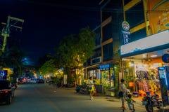 清莱,泰国- 2018年2月01日:走在户外和在城镇的未认出的人民享受夜生活 图库摄影