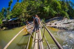 清莱,泰国- 2018年2月01日:走在热带雨林的室外观点的未认出的人民使用a 免版税库存图片