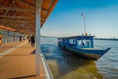 清莱,泰国- 2018年2月01日:走在码头里面的未认出的人民在与a的金黄三角老挝 免版税库存照片