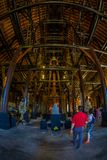 清莱,泰国- 2018年2月01日:走在Baandam博物馆黑色议院里面的Uindentified人,创造和 库存照片