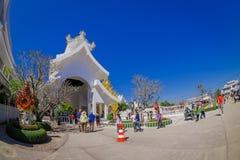 清莱,泰国- 2018年2月01日:走接近铁人雕塑的室外观点的未认出的人民 库存图片