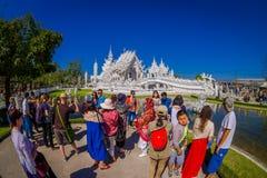 清莱,泰国- 2018年2月01日:走未认出的人民参观被找出的美丽的华丽白色寺庙 免版税库存图片