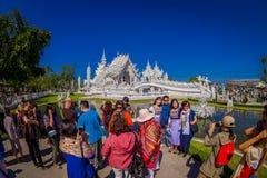 清莱,泰国- 2018年2月01日:走未认出的人民参观被找出的美丽的华丽白色寺庙 库存图片