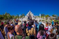 清莱,泰国- 2018年2月01日:走的人人群参观被找出的美丽的华丽白色寺庙  免版税库存图片