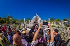 清莱,泰国- 2018年2月01日:走的人人群参观被找出的美丽的华丽白色寺庙  免版税库存照片