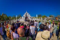 清莱,泰国- 2018年2月01日:走的人人群参观被找出的美丽的华丽白色寺庙  库存图片