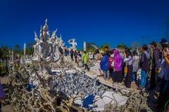 清莱,泰国- 2018年2月01日:走的人人群参观被找出的美丽的华丽白色寺庙  免版税图库摄影