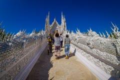 清莱,泰国- 2018年2月01日:走的人们和参观位于清莱的华丽白色寺庙 库存照片
