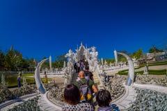 清莱,泰国- 2018年2月01日:走的人们和参观位于清莱的华丽白色寺庙 免版税库存图片
