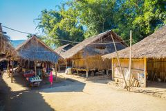 清莱,泰国- 2018年2月01日:长的脖子村庄的地方房子 图库摄影