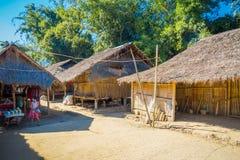 清莱,泰国- 2018年2月01日:长的脖子村庄的地方房子 免版税库存图片