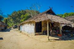 清莱,泰国- 2018年2月01日:长的脖子村庄的地方房子 库存照片