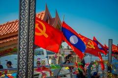 清莱,泰国- 2018年2月01日:waling接近数十面旗子的未认出的人民位于码头在 免版税图库摄影