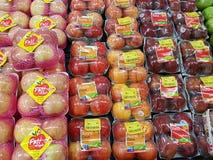 清莱,泰国- 11月25 :在被卖的包装的红色苹果 免版税库存图片