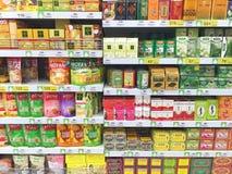 清莱,泰国- 10月28 :干燥茶地方教育局各种各样的品牌  库存照片