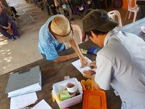 清莱,泰国- 12月19 :未认出的亚裔老人 库存图片