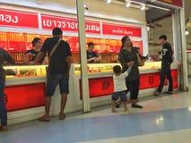 清莱,泰国- 10月18 :未认出的人购买jewe 库存图片