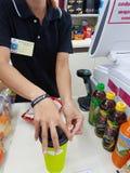 清莱,泰国- 11月25 :未认出的顾客协助 免版税库存照片