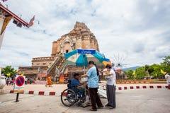 清迈泰国6月13日辨认了人薪水尊敬给菩萨 免版税库存图片