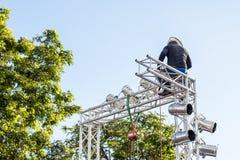 清迈泰国- 8月09日:安装光的电工对锂 免版税库存照片